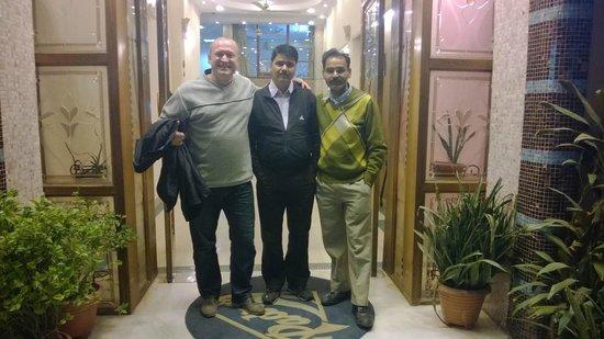 Hotel Pearl Plaza: Z kierownikiem hotelu i kolegą