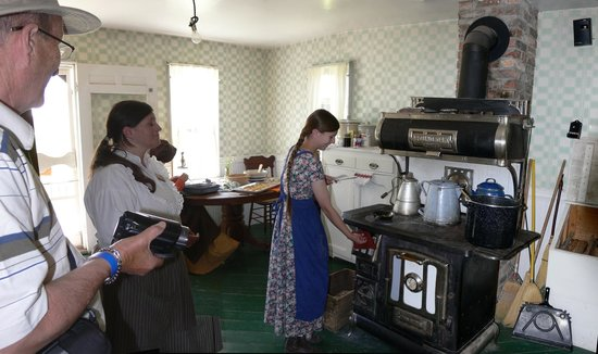 American West Heritage Center: Baking in a wood stove