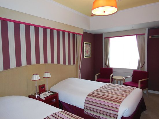 Hotel Monterey Kyoto: 写真で見るよりも落ち着いた印象の部屋でした。