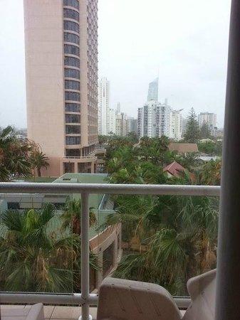 Crowne Plaza Surfers Paradise: Rain outside