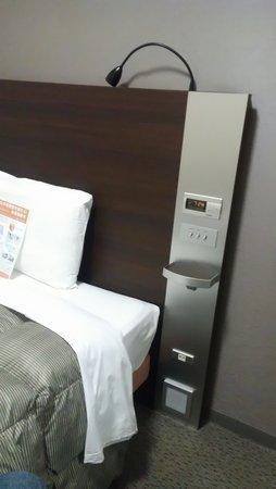 Comfort Hotel Hikone: 設備は近隣ホテルより新しく、ベッドの近くにコンセントと小物置きがあるのは便利。