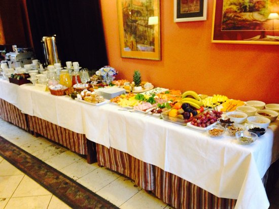 Hotel Rubinstein : Wonderful continental breakfast table