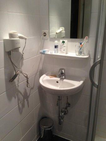 Hotel Lux: Microlavabo.Imposible lavarte la cara sin mojar todo.