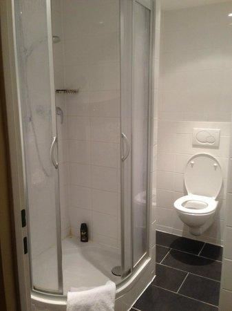 Hotel Lux: En la ducha tampoco se cabe.