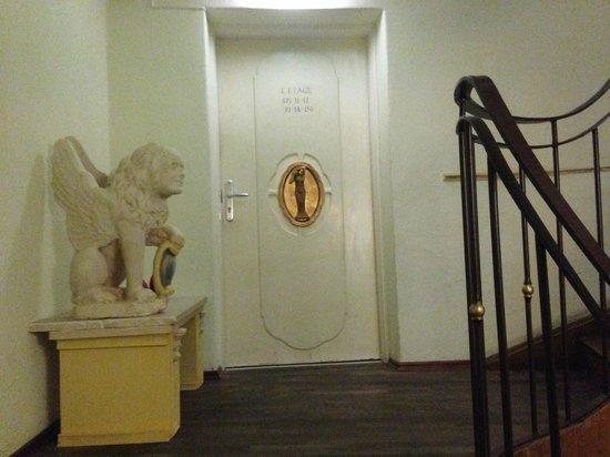 """Hotel Lux: Tras esta puerta se accede a 4 habitaciones.Una de ellas tiene el baño """"en el pasillo""""."""
