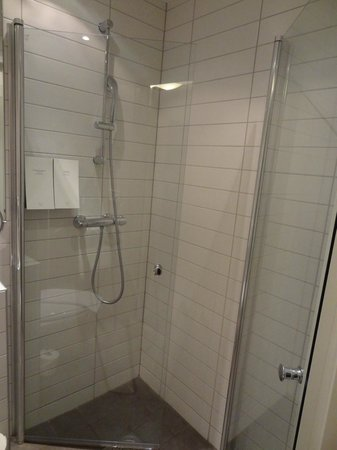 Scandic No. 25: shower area
