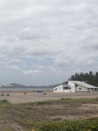 Port Denison Motor Inn : looking at sailing club from the back of motel