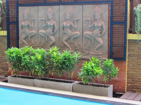 Lamphu Tree House: nice decorations near the pool