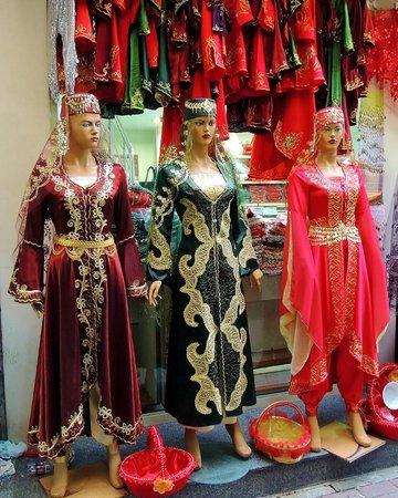 Kizlaragasi Han Bazaar: Dancing