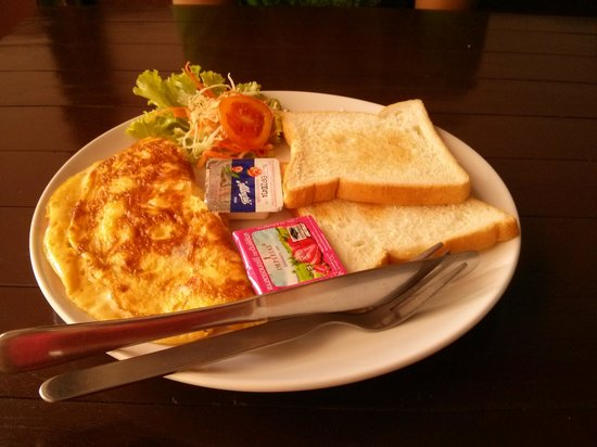Massaman Restaurant & Bar: Omelett with cheese,toasts with jam and butter