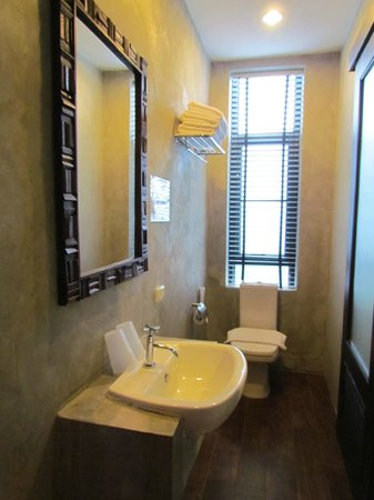 Udee Bangkok Hostel: bathroom