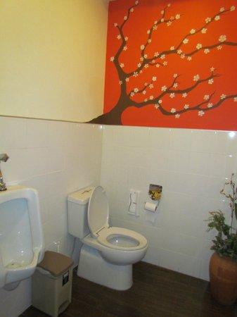 Udee Bangkok Hostel: common toilet spotless clean
