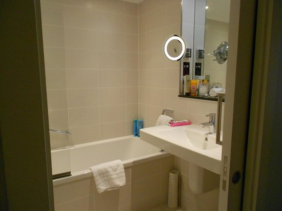 Royal Garden Hotel: Bathroom
