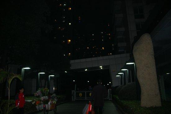 Rayfont Celebrity Hotel & Apartment Shanghai : Entrata giardini per i palazzi --ingresso agli appartamenti