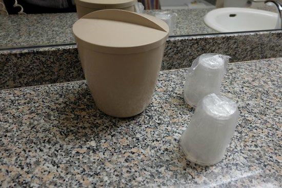 Circus Circus Hotel & Casino Las Vegas: Ice bucket and plastic cups