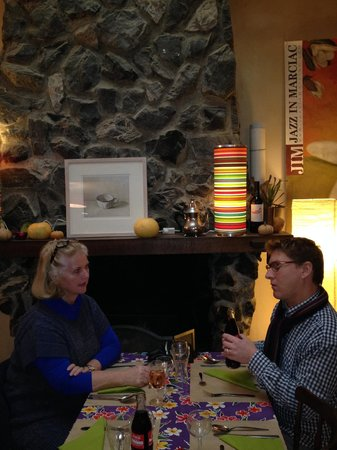 Simorre, Frankrig: Two friends enjoy the atmosphere at Le Bouche A Oreille