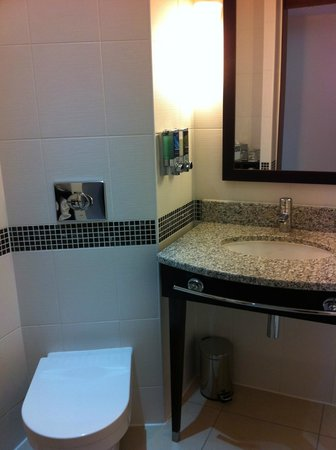 Hampton by Hilton London Croydon: Bathroom sink