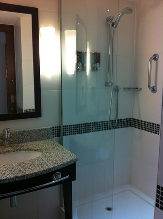 Hampton by Hilton London Croydon: Shower in bathroom