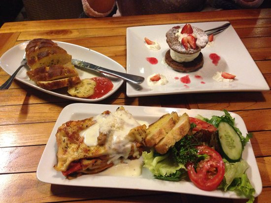 Cafe Smorgas: ICS for idr 28k vegetarian lasagna for idr 46k and a very recommended garlic bread for only idr