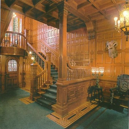 Craigdarroch Castle: Entry - lots of wood, beautiful.