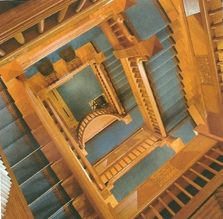 Craigdarroch Castle: Looking up at the staircase, many steps.