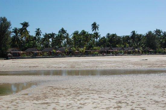 Diamond Ngapali Hotel: Hotel seen from the beach