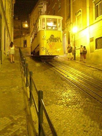 Turim Restauradores Hotel: слева от трамвая поворот к отелю