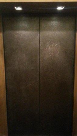 Landmark Bangkok: elevator's door
