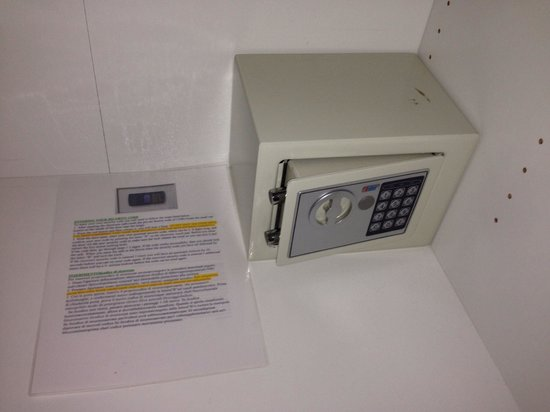 Trendy Budapest B&B Hostel: Electronic safety deposit box in Zebra Room (the how to use document is handy)