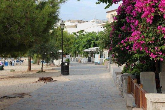 Hoposa Bahia Hotel: Promenade vor dem Hotel (Paseo Voramar)