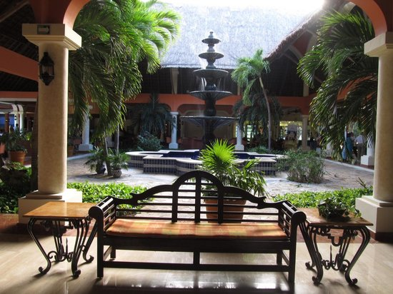 Grand Palladium Colonial Resort & Spa: Lugar abierto en el medio del lobby colonial