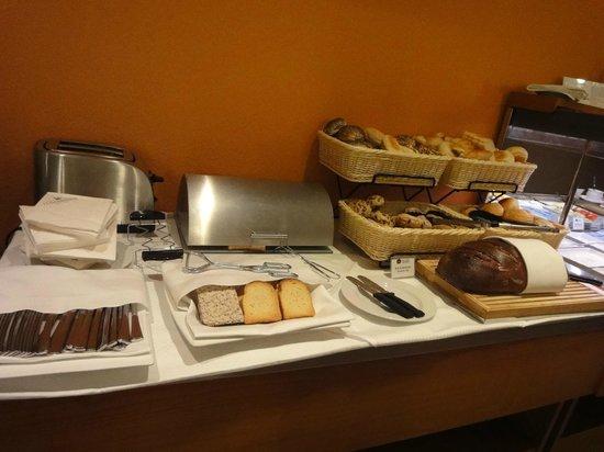 BEST WESTERN Hotel Leipzig City Center: kuchen u.brot bereich