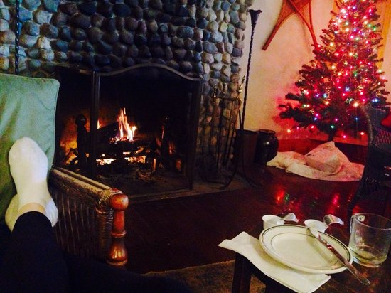 Lakeside Inn: Breakfast fireside