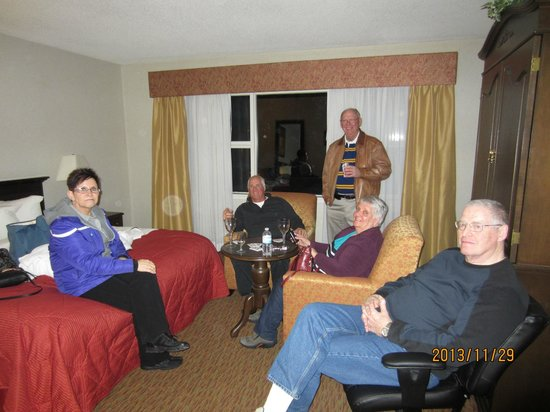Quality Inn Sarnia: Large room with comfortable chairs
