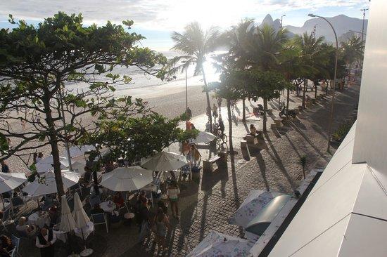 Hotel Arpoador: Aussicht auf Strand von Ipanema mit Restaurant des Arpoador Inn