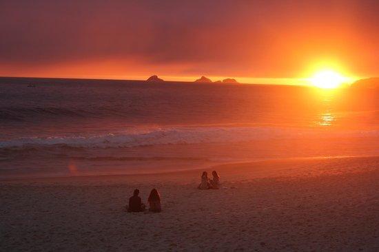 Hotel Arpoador: Sonnenuntertagn am Strand vor dem Hotel