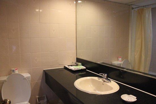 Jinjiang Inn Shanghai Nanjing Hotel: Bathroom