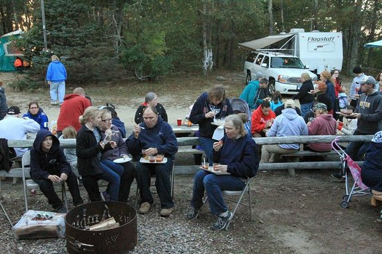 Sweetwater Forest Campground: Chatting during desert