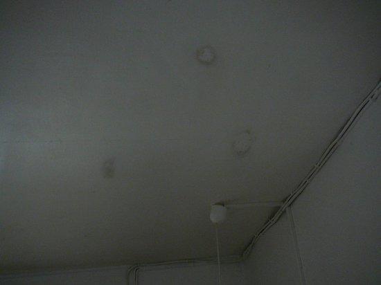 Gîtes les Manguiers : plafond moisi et taché