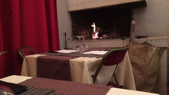 Auberge des Arcades: お店内部 暖かい暖炉が癒されます