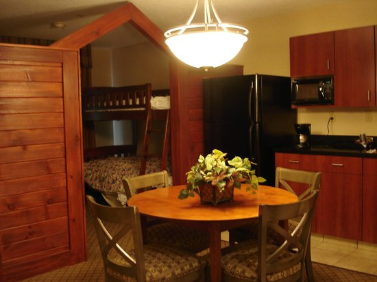 Holiday Inn Battle Creek: Kitchenette leading into cute bunkbed area.