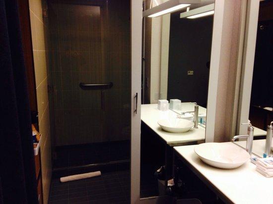 Aloft Leawood - Overland Park: Modern bathroom
