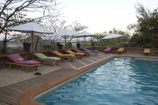 Suarez Hotel : Piscine avec vue sur la baie
