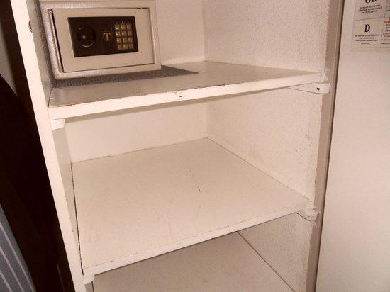 Le Brasilia : Intérieur de l'armoire : cela ne donne pas envie d'y mettre son linge !