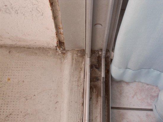 Le Brasilia : Porte fenêtre avec sa couche de poussière !