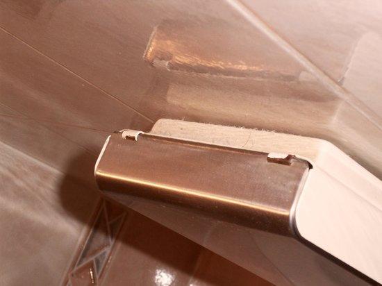 Le Brasilia : Porte mouchoirs avec une poussière qui date, au vu de l'épaisseur !
