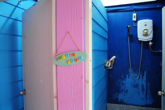 A Little Bird 2 Guesthouse: Shower room