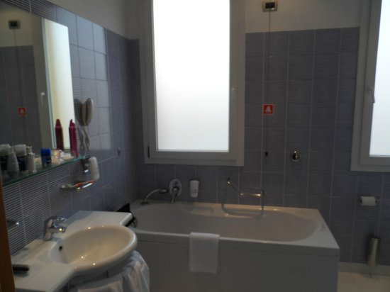 BEST WESTERN PLUS Hotel Bologna - Mestre Station : Bathroom
