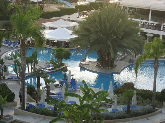 Mediterranean Beach Hotel: Outdoor swimming pool