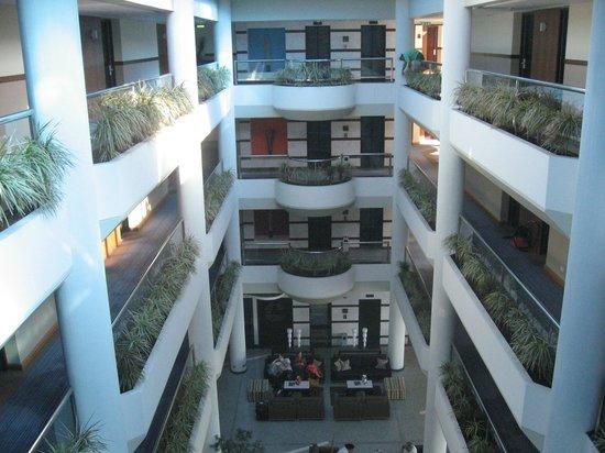 Mediterranean Beach Hotel: Hotel patio